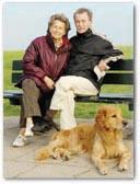 Seniorenpaar auf einer Parkbank